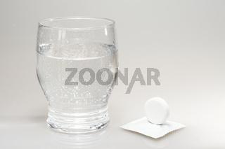 Glas mit Tablette