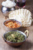 indischen Murgh Palak Gericht auf Holz