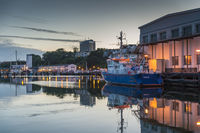 Ein Schiff der Fischereiaufsicht im Fischereihafen.