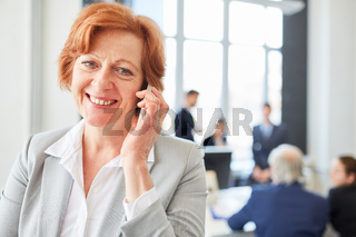 Ältere Geschäftsfrau mit Smartphone