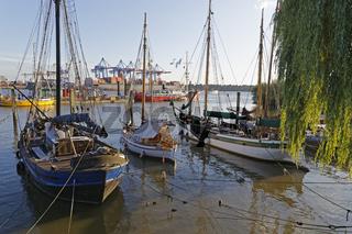 Historische Schiffe liegen im Museumshafen bei Övelgönne, Hamburg, Deutschland, Europa