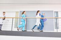 Ärzte der Chirurgie laufen zu einem Notfall