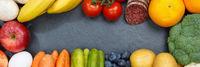 Obst und Gemüse Sammlung Lebensmittel Früchte essen Banner Rahmen Schieferplatte Textfreiraum von oben