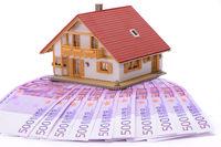 Hauskauf mit Geldbündel 500 Euro Scheine