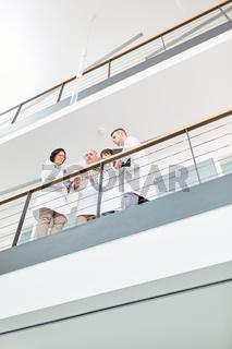 Ärzteteam bei einer Besprechung im Klinik Flur