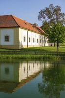 Nebengebäude und Teich eines Schlosses