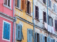 Fassaden alter kroatischer Häuser in Rovinj, Kroatien