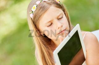 Mädchen lernt Umgang mit Tablet PC