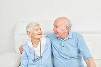 Paar Senioren umarmt sich glücklich