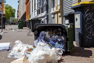 Umgeworfener Mülleimer auf einer Straße in Frankfurt. April 2017.