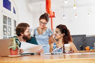 Junges Startup Team diskutiert Planung