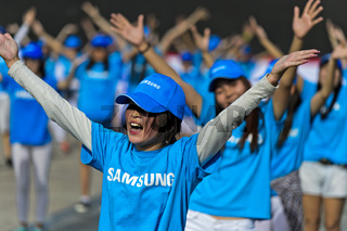 Mädchentanzgruppe in T-shirts von Samsung, Ulanbator, Mongolei