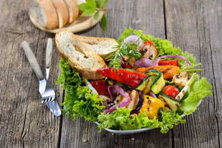 Gemischtes Gemüse vom Grill auf Salat