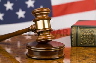 Richterhammer und USA Flagge