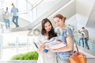 Zwei Frauen als Studenten im Studium