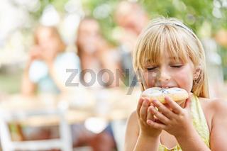 Kind nascht ein süßes Stück Kuchen