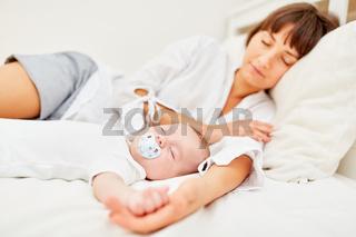 Mutter und Baby schlafen friedlich