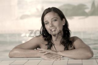 Junge Frau am Poolrand