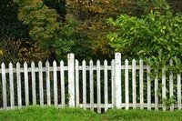 weißer Holzzaun