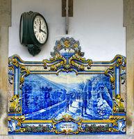 Bahnhofsuhr und handbemalte Keramikkacheln am Bahnhof Pinhao, Pinhao, Douro region, Portugal