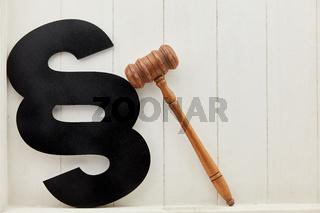 Paragraph und Richterhammer als Recht und Gesetz Symbol