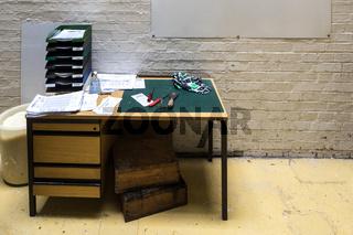 Verlassener Schreibtisch in einer alten Seifenfabrik