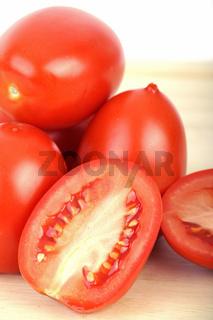 Tomaten auf Schneidebrett