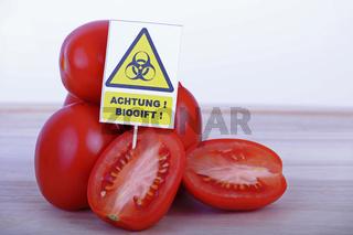 Tomaten auf Schneidebrett, Schild Biogift, Symbolbild belastete Lebensmittel