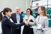 Business Frauen begrüßen sich mit Handschlag