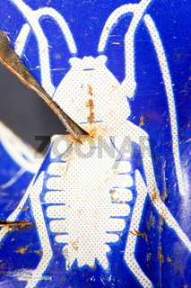 Recycling einer Insektizid-Blechdose zu Spielzeug