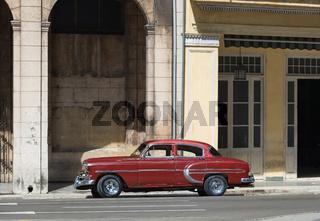Amerikanischer roter Oldtimer parkt in Havanna Kuba vor dem Gran Teatro - Serie Cuba Reportage