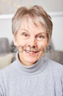 Sympathische Seniorin im Ruhestand