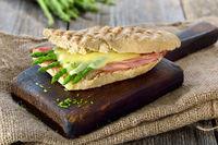 Schinken-Käse Baguette mit grünem Spargel
