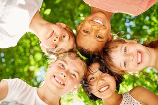 Kinder bilden eine Gemeinschaft