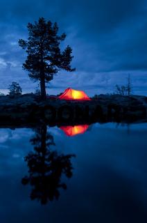 ein Zelt spiegelt sich in einem Bergsee, Gaellivare, Lappland, Schweden