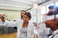 Studenten im Medizinstudium in einem Seminar