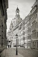 Straße in der Altstadt von Dresden mit Frauenkirche