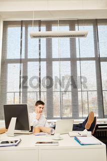 Entrepreneur sitzt nachdenklich im Büro