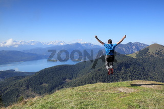 erfreuter Wanderer springt hoch
