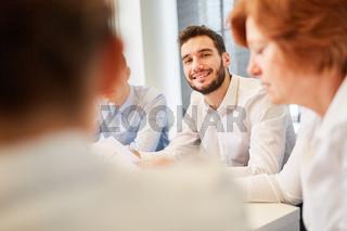 Geschäftsmann diskutiert mit Kollegen