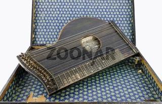 Alte Zither in einem schäbigen Koffer