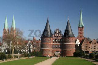 Blick auf die Altstadt von Lübeck mit dem berühmten Holstentor und der Marienkirche (links) sowie der Petrikirche