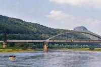 Blick auf die Elbe mit Eisenbahnbrücke bei Bad Schandau