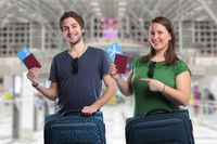 Junge Leute mit Koffer reisen verreisen Flughafen Urlaub fliegen