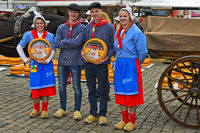 Holländische Käsemädchen und Käsejungen posieren mit einem Gouda Käselaib,Gouda, Niederlande