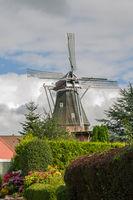 Blick zur Rysumer Mühle in Ostfriesland