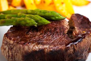 gegrilltes Steak mit grünem Spargel