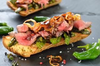 Baguette mit Pimientos und Rindersteak