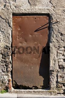 verwitterte Blechtüre - weathered door