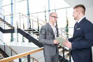 Zwei Business Männer sprechen über Zusammenarbeit